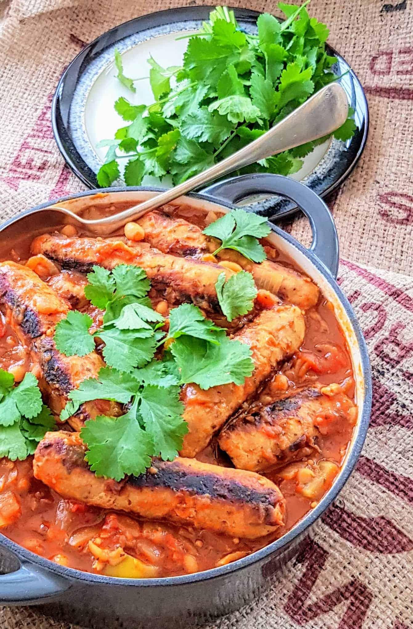 Ragoût de saucisses et de haricots dans un pot en fonte Denby