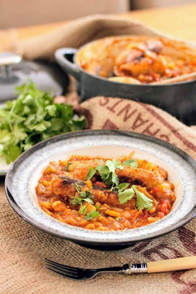 Bol Denby plein de ragoût de saucisses Slimming World avec des haricots, des légumes et du persil frais